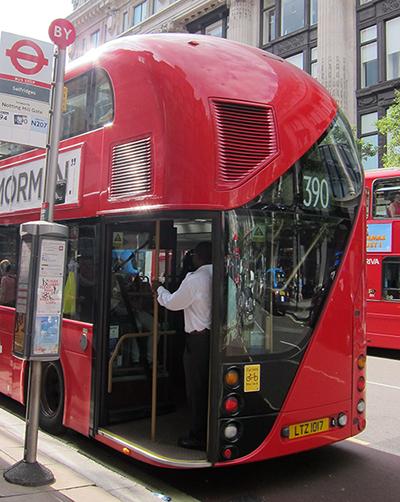 Cute rear end. 可愛的公車屁屁。